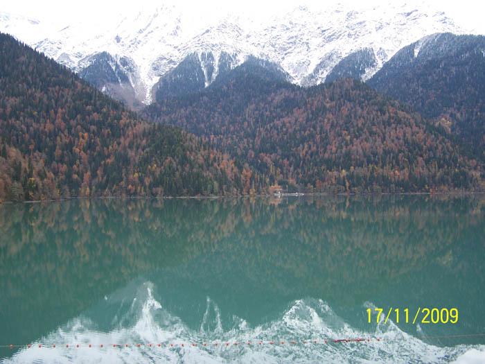 Горная река вытекает из озера.